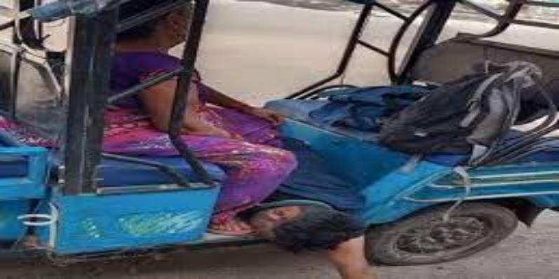 बेटे की मौत के बाद नहीं मिली एम्बुलेंस, ई रिक्शा में शव ले जाने को मजबूर हुई मां