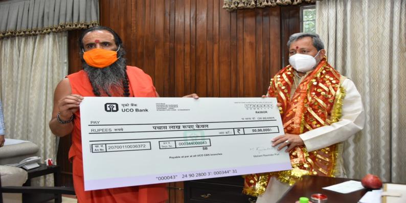 मनसा देवी मंदिर ट्रस्ट के अध्यक्ष और निरंजनी अखाड़े के सचिव श्रीमहंत रविंद्र पुरी ने सीएम को सौंपा 50 लाख का चेक